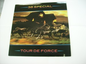Tour de force (cut-out sleeve)